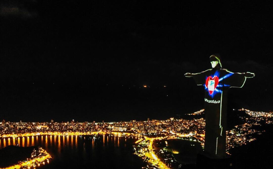 El Cristo Redentor de Río de Janeiro el 3 de mayo de 2020 luce una máscara proyectada en su rostro para instar a la población a utilizar estos elementos.