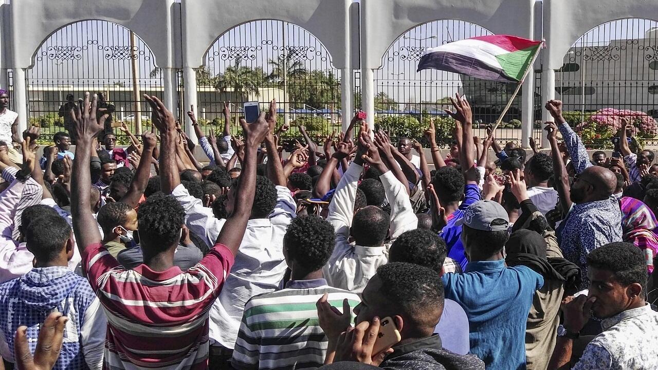 متظاهرون سودانيون يحتجون أمام المقر العسكري في العاصمة الخرطوم - 6 أبريل/نيسان 2019.