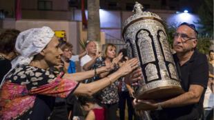 Des juifs marocains et des touristes israéliens participent à une cérémonie religieuse à la synagogue de Marrakech, pour les fêtes de Souccot, le 12 octobre 2017.