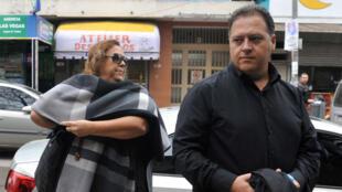 La viuda del narcotraficante colombiano Pablo Escobar, María Victoria Henao, y Juan Pablo Escobar, hijo, llegan al tribunal como parte de una investigación sobre blanqueo de dinero en Buenos Aires, Argentina, el 14 de mayo de 2018.