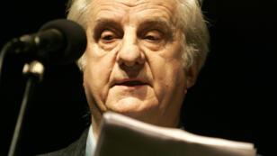 Michel Aumont lit une lettre destinée à Florence Aubenas, journaliste otage en Irak, au Théâtre du Rond-Point, à Paris, le 31 janvier 2005.