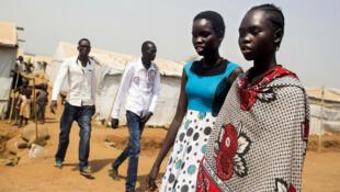 Deux adolescentes se rendent à des cours de rattrapage scolaire dans le camp onusien de Juba, au Soudan du Sud, le 15 janvier 2016.