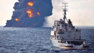 De la fumée et des flammes s'échappent du pétrolier Sanchi, photo officielle publiée le 14 janvier 2018.