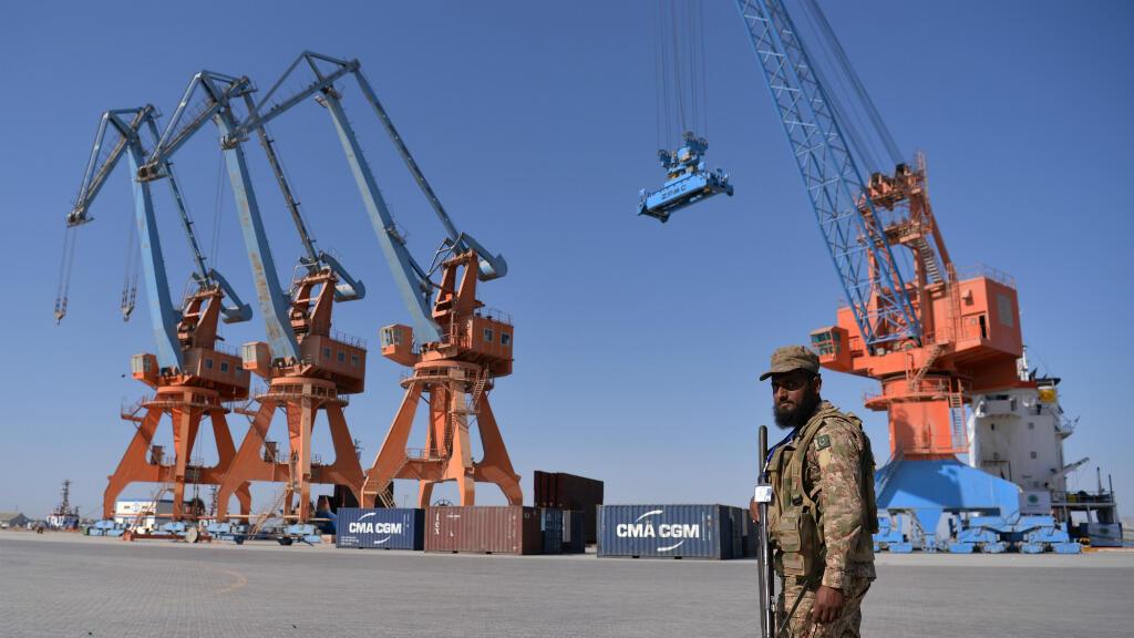 En esta foto de archivo tomada el 13 de noviembre de 2016, un personal del Ejército paquistaní observa durante la apertura de un proyecto comercial en el puerto de Gwadar, en la provincia de Baluchistán, a unos 700 km al oeste de Karachi en Pakistán.