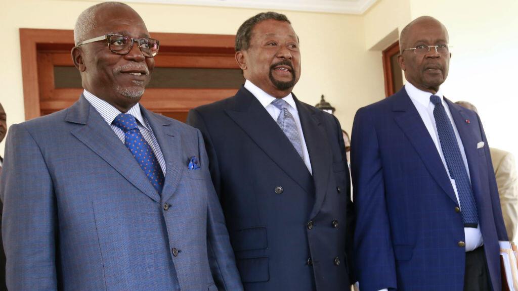 Le candidat d'opposition Jean Ping, au centre, entouré l'ancien président de l'Assemblée Guy Nzouba Ndama (à g.) et de l'ex Premier ministre Casimir Oyé Mba (à d.), à Libreville, le 16 août 2016.