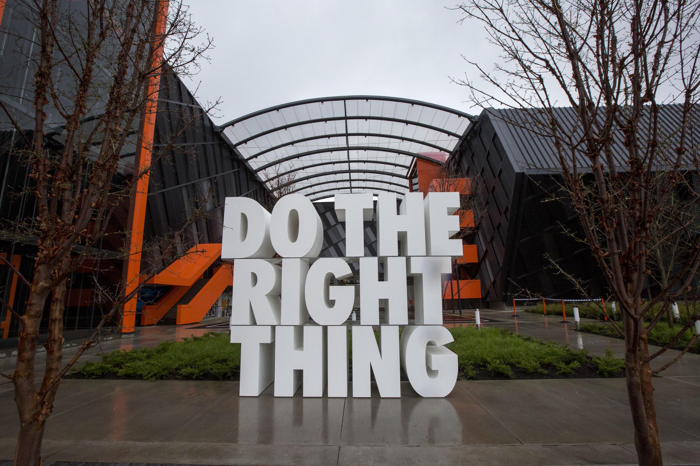 """Sculpture géante """"Do the right thing,"""" aux quartiers généraux de Nike, le 22 mars 2018 à Beaverton, dans l'Oregon."""