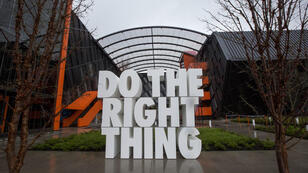 "Sculpture géante ""Do the right thing,"" aux quartiers généraux de Nike, le 22 mars 2018 à Beaverton, dans l'Oregon."