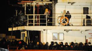 Quatre corps ont été récupérés sur le cargo à la dérive.