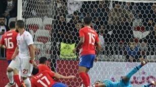 حارس مرمى كوستاريكا كيلور نافاس يتصدى لكرة تونسية خلال لقاء الفريقين الودي في نيس 27 مارس 2018