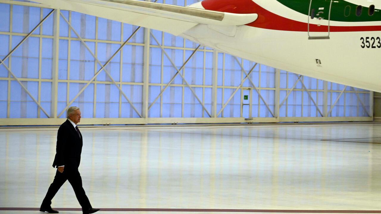 El presidente de México, Andrés Manuel López Obrador, llega a una conferencia de prensa en el hangar presidencial del Aeropuerto Internacional Benito Juárez en Ciudad de México, México, el 27 de Julio de 2020.