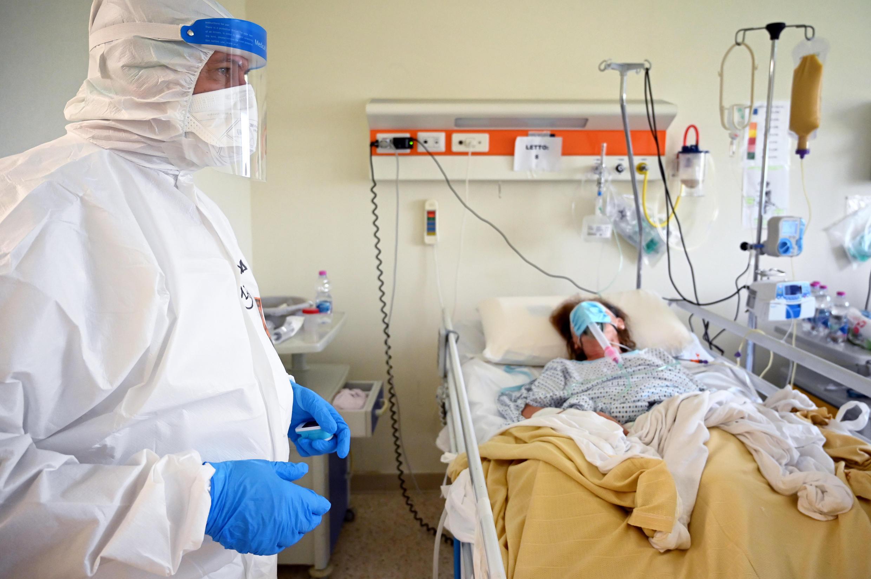Archivo: El anestesiólogo italiano Marino De Rosa atiende a un paciente en la UCI de la unidad Covid-19 en el hospital San Filippo Neri, en Roma, Italia, el 29 de abril de 2020.