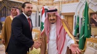 صورة نشرها الديوان الملكي السعودي لاستقبال الملك سلمان لرئيس الوزراء اللبناني سعد الحريري في الرياض الاربعاء 28 شباط/فبراير 2018