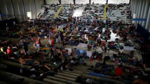 Parte de una caravana de migrantes, que viaja desde Centro América hacia Estados Unidos, descansa después de caminar por la carretera que une Huixtla con Mapastepec, México, el 7 de noviembre de 2018.