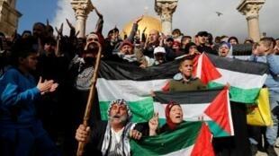 فلسطينيون يرددون شعارات أمام مسجد قبة الصخرة في القدس في 15 كانون الأول/ديسمبر 2017