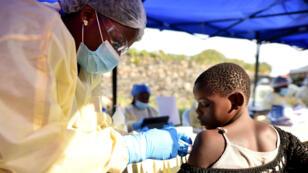Un trabajador de la salud mide la temperatura de un hombre que ingresa al centro de tratamiento de Ébola ALIMA (Alianza para la Acción Médica Internacional) en Beni, en República Democrática del Congo, 1 de abril de 2019.