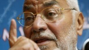 المرشد الأعلى لجماعة الإخوان المسلمين محمد مهدي عاكف خلال مؤتمر صحافي بالقاهرة 25 نوفمبر 2008
