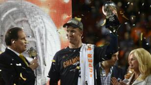 À 39 ans et  320 jours, Peyton Manning est devenu, dimanche 7 février 2016, le quarterback le plus âgé de l'histoire à remporter le titre suprême.
