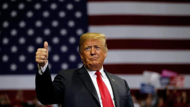 El presidente de los Estados Unidos, Donald Trump, hace un gesto hacia la multitud de simpatizantes durante un mitin de campaña en el Allen County War Memorial Coliseum en Fort Wayne, Indiana, EE. UU., 5 de noviembre de 2018.