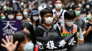 تجمع المئات من المحتجين المؤيدين للديمقراطية في هونغ كونغ بعد أن اقترحت الصين قانونا أمنيا جديدا مثيرا للجدل