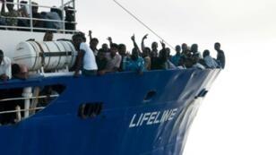"""صورة وزعتها منظمة """"لايف لاين"""" غير الحكومية الألمانية في 22 حزيران/يونيو تظهر مهاجرين على متن سفينة إنقاذ تابعة للمنظمة في عرض البحر في 21 حزيران/يونيو 2018"""