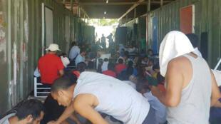 Un grupo de solicitantes de asilo ocupan el centro cerrado de detención de inmigración de la Isla de Manus en Papúa Nueva Guinea, el 23 de noviembre de 2017.