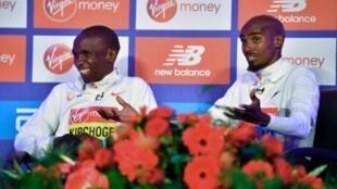Les marathoniens britannique Mo Farah et Kényan Eliud Kipchoge en conférence de presse, le 24 avril 2019 à Londres
