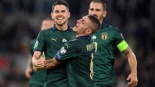 """فرحة جورجينيو وزملائه بالفوز على اليونان والتأهل لـ """"يورو 2020"""". 2019/10/12."""