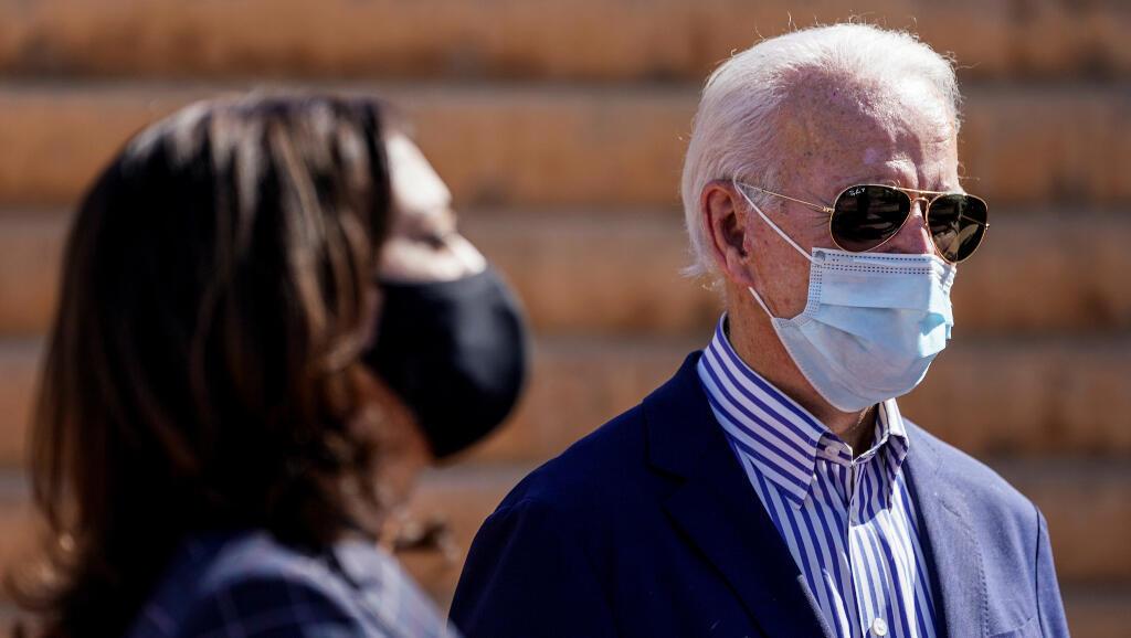 El candidato demócrata a la presidencia de Estados Unidos, Joe Biden, y la candidata a la vicepresidencia, Kamala Harris, aparecen en Phoenix, Arizona, Estados Unidos, el 8 de octubre de 2020. Foto de archivo.