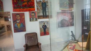 Unas pertenencias del líder de Sendero Luminoso, Abimael Guzmán, y otros objetos relacionados con la guerrilla peruana, expuestos en un museo en Lima el 27 de octubre de 2016