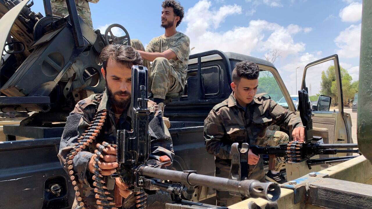 Tropas leales al Gobierno de Fayez al-Sarraj, reconocido por la ONU, se preparan antes de dirigirse a Sirte, a las afueras de Misrata, Libia, el 6 de julio de 2020.