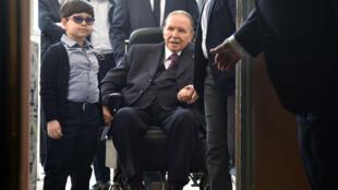 Le président Bouteflika, arrivant dans un bureau de vote, le 4 mai 2017, à Alger.