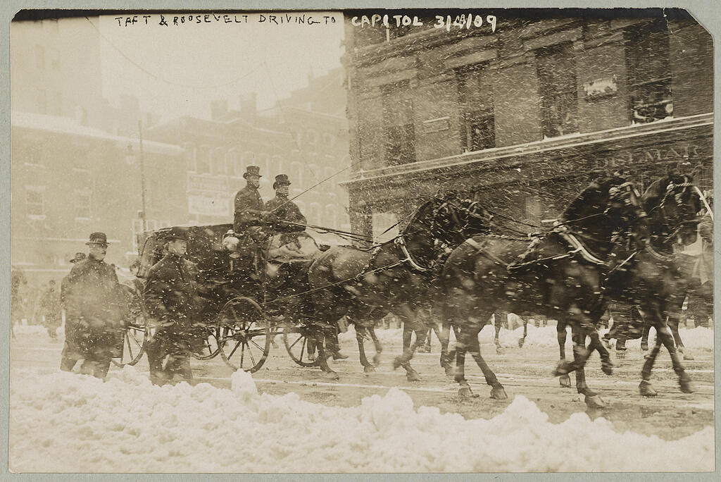 William Howard Taft se rendant à la cérémonie d'investiture sous le blizzard, le 4 mars 1909.