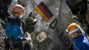 Des gendarmes travaillent sur le lieu du crash de l'avion de Germanwings, le 31 mars 2015.