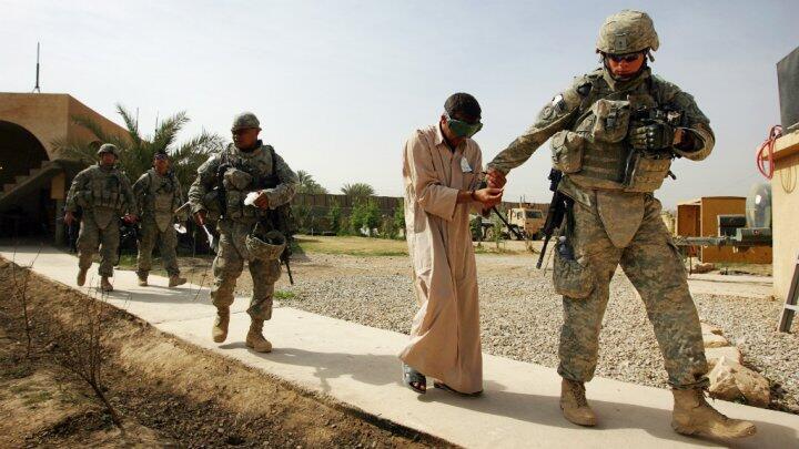 صورة تظهر اعتقال جنود أمريكيين لأحد أعضاء القاعدة بالعراق عام 2008