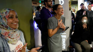 La candidata demócrata al Congreso Alexandria Ocasio-Cortez reacciona a su presentación en un evento de campaña en el Sabor Latino Restaurant en el distrito de Queens de Nueva York, Estados Unidos, 3 de noviembre de 2018.