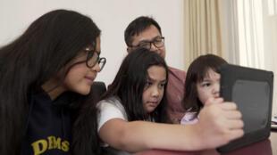 عائلة تتابع رحلة الأم في منايك الحج في الخبر في 29 تموز/يوليو 2020