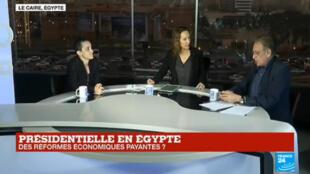 Des Égyptiennes glissent leur bulletin dans l'urne d'un bureau de vote du Caire, lundi 26 mars.