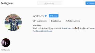 Pour illustrer son profil Instagram, Adil Rami a choisi de publier une photo sur laquelle il effectue un salut militaire.