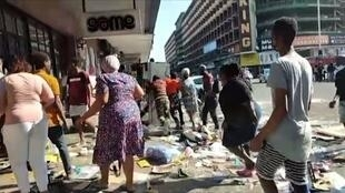 أعمال عنف متفرقة في جنوب أفريقيا إثر سجن الرئيس السابق جاكوب زوما