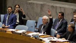 L'ambassadeur de la Russie à l'ONU mettant son veto à une résolution sur la Syrie lors d'une réunion du Conseil de sécurité de l'ONU le 8 octobre 2016.