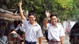 Wa Lone et Kyaw Soe Oo, les deux journalistes emprisonnés en Birmanie en 2017, à leur sortie de la prison d'Insein à Rangoun, le 7 mai 2019.