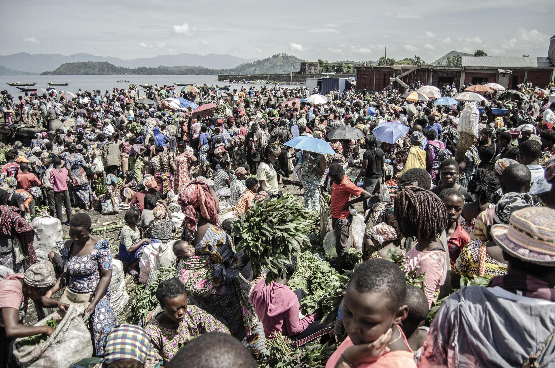 Le marché sur les rives du lac Kivu, à Goma, dans l'est de la République démocratique du Congo, le 2 avril 2020. Des milliers de Congolais dépendent de ces revenus quotidiens et ne peuvent pas se permettre de respecter les mesures de distanciation sociale liées au Covid-19.