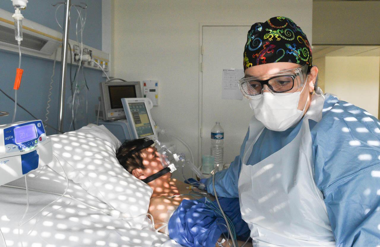 Le docteur Widad Abdi lors de l'examen d'un patient sous ventilation non-invasive.
