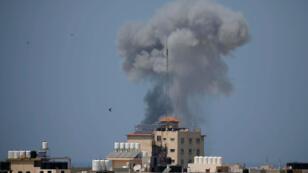 El humo se eleva después de un ataque aéreo israelí en Gaza 29 de mayo de 2018.
