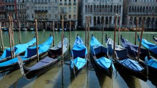 Al no haber el elevado tránsito que comúnmente se registra por los canales de Venecia, el agua volvió a ser cristalina. 18 de marzo de 2020.