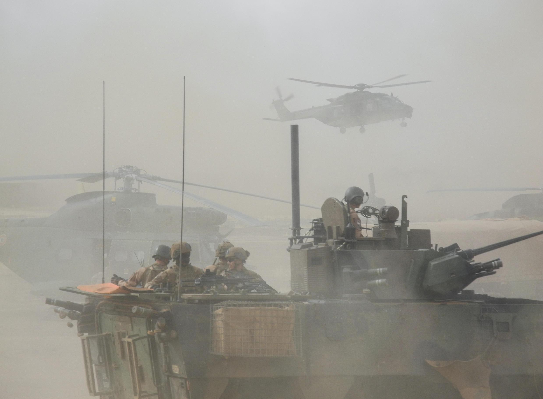 Un blindé de l'armée française patrouille aux côtés d'hélicoptères dans la région malienne de Gourma, le 27 mars 2019.