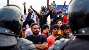 Des manifestants lors d'une manifestation contre la corruption et le manque de services pubics dans la ville de Najaf, dans le centre de l'Irak, le 1er octobre 2019.