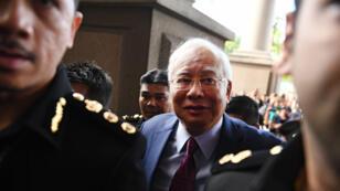 رئيس الوزراء الماليزي السابق نجيب عبد الرزاق يصل إلى المحكمة في كوالا لمبور في 4 تموز/يوليو 2018.