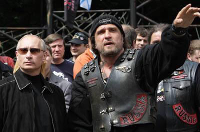 Cette photo prise le 7 juillet 2009 montre Vladimir Poutine, alors Premier ministre russe, écoutant le leader du club de motards Nochniye Volki (les Loups de la nuit), Alexander Zaldostanov.