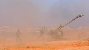 Des soldats syriens tirent en direction du fief de l'EI à Al-Bab, non loin du lieu où ont été tués trois soldats turcs, le 9 février, par un raid russe.